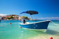αδριατική θάλασσα Παλαιά πόλη Primosten με τη βάρκα που δένεται Στοκ φωτογραφία με δικαίωμα ελεύθερης χρήσης