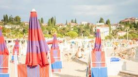 Αδριατική παραλία με τις κόκκινες ομπρέλες Στοκ Εικόνες