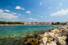 Αδριατική παραλία με τις πέτρες και τους βράχους Στοκ φωτογραφία με δικαίωμα ελεύθερης χρήσης