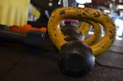 Αλτήρες μετάλλων σε μια σειρά στη γυμναστική στοκ φωτογραφία με δικαίωμα ελεύθερης χρήσης