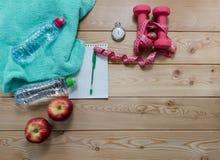 Αλτήρες πετσετών μήλων χρονομέτρων με διακόπτη σημειωματάριων και ταινία μέτρου Στοκ εικόνες με δικαίωμα ελεύθερης χρήσης
