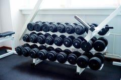 Αλτήρες στο ράφι στη γυμναστική Στοκ Εικόνες