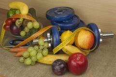 Αλτήρες χρωμίου που περιβάλλονται με τα υγιή φρούτα και λαχανικά σε έναν πίνακα Έννοια της υγιούς απώλειας κατανάλωσης και βάρους Στοκ φωτογραφία με δικαίωμα ελεύθερης χρήσης