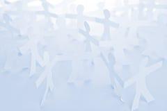 Αλυσίδα περικοπών εγγράφου ανθρώπων ως έννοια πλήθους ή ομαδικής εργασίας Στοκ Φωτογραφία