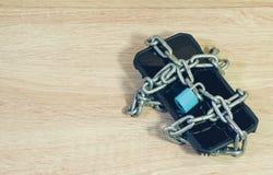 Αλυσίδα που κλειδώνεται στην τηλεφωνική έννοια για την ασφάλεια στο έξυπνο τηλέφωνο στοκ εικόνα