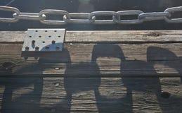 Αλυσίδα σκιών και μετάλλων Στοκ εικόνα με δικαίωμα ελεύθερης χρήσης