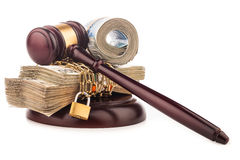 Αλυσίδα χρημάτων και gavel δικαστών που απομονώνεται στο λευκό Στοκ Φωτογραφία