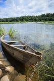 Αλυσοδεμένη ξύλινη βάρκα κωπηλασίας Στοκ φωτογραφία με δικαίωμα ελεύθερης χρήσης