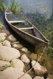 Αλυσοδεμένη πνιμμένη βάρκα κωπηλασίας Στοκ εικόνα με δικαίωμα ελεύθερης χρήσης