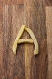 Αλφάβητο Α τηγανιτών πατατών στο ξύλινο υπόβαθρο Στοκ φωτογραφία με δικαίωμα ελεύθερης χρήσης