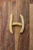 Αλφάβητο Χ τηγανιτών πατατών στο ξύλινο υπόβαθρο Στοκ εικόνες με δικαίωμα ελεύθερης χρήσης