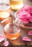 Αλχημεία και aromatherapy με τα ρόδινα λουλούδια Στοκ Φωτογραφία