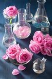 Αλχημεία και aromatherapy σύνολο με τα ροδαλά λουλούδια και τα χημικά flas Στοκ Εικόνες