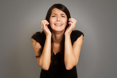 Αλλόφρων δακρυσμένη νέα γυναίκα Στοκ Εικόνες