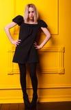 Αδύνατη τοποθέτηση κοριτσιών στο κίτρινο υπόβαθρο Στοκ Φωτογραφία