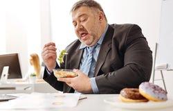 Αδύνατος ο chubby υπάλληλος που σκέφτεται για την εξαπάτηση στοκ εικόνες