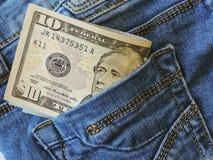 Έννοια χρημάτων αποταμίευσης Βάζα γυαλιού με τα δολάρια και το κείμενο: SAVE Νομίσματα στο βάζο γυαλιού για τα χρήματα που σώζουν στοκ φωτογραφία
