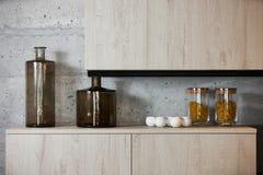 Βάζα ζυμαρικών γυαλιού στον πίνακα κουζινών για το μαγείρεμα Στοκ Εικόνες