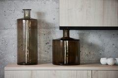 Βάζα ζυμαρικών γυαλιού στον πίνακα κουζινών για το μαγείρεμα Στοκ Φωτογραφίες