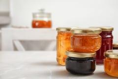 Βάζα με τη διαφορετική γλυκιά μαρμελάδα Στοκ Εικόνες