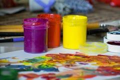 Βάζα του χρώματος, με τους λεκέδες χρωμάτων σε ένα άσπρο φύλλο του εγγράφου Ζωηρόχρωμα χρώματα γκουας στα βάζα στοκ φωτογραφία με δικαίωμα ελεύθερης χρήσης