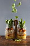 Βάζα του Mason με την καυτή σαλάτα: Chickpeas, arrots, quinoa, ψημένο PU Στοκ Φωτογραφία