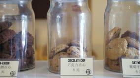 Βάζα των μπισκότων στο ράφι Α με το κινεζικό γράψιμο απόθεμα βίντεο