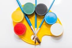 Βάζα των χρωμάτων στην παλέτα στοκ εικόνα