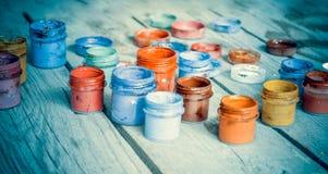 βάζα χρωμάτων σε μια ξύλινη επιφάνεια Στοκ εικόνες με δικαίωμα ελεύθερης χρήσης