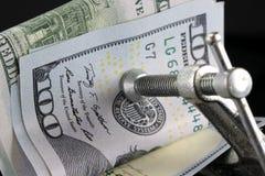 Βάζοντας μια συμπίεση στα χρήματά σας - οικονομική έννοια Στοκ Εικόνες