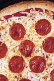Βάζοντας στον πειρασμό pepperoni πίτσα Στοκ εικόνα με δικαίωμα ελεύθερης χρήσης