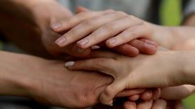 Βάζοντας τα χέρια από κοινού closeup απόθεμα βίντεο