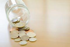 Βάζο αποταμίευσης και βρετανικά νομίσματα Στοκ φωτογραφία με δικαίωμα ελεύθερης χρήσης