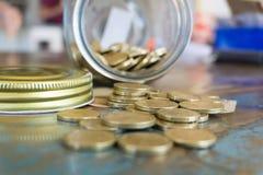 Βάζο αποταμίευσης με τα νομίσματα και το τραπεζογραμμάτιο στοκ εικόνες