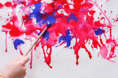 Βάζο βουρτσών και χρωμάτων στα χέρια Καλλιτέχνης που δημιουργεί τη ζωγραφική watercolor Στοκ φωτογραφία με δικαίωμα ελεύθερης χρήσης