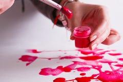 Βάζο βουρτσών και χρωμάτων στα χέρια Καλλιτέχνης που δημιουργεί τη ζωγραφική watercolor Στοκ Εικόνες