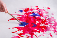 Βάζο βουρτσών και χρωμάτων στα χέρια Καλλιτέχνης που δημιουργεί τη ζωγραφική watercolor Στοκ εικόνα με δικαίωμα ελεύθερης χρήσης