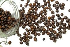 Βάζο γυαλιού με τα φασόλια καφέ στο σκοτεινό υπόβαθρο στενός καφές επάνω στοκ φωτογραφίες