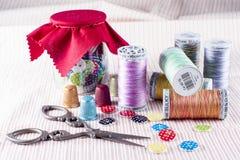 Βάζο γυαλιού, κουμπιά στροφίων και ψαλίδι Στοκ φωτογραφία με δικαίωμα ελεύθερης χρήσης