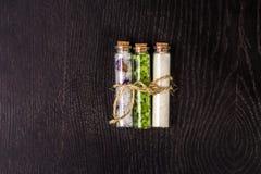 Βάζο γυαλιού με τα άλατα λουτρών στο μαύρο υπόβαθρο Στοκ Εικόνες