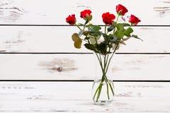 Βάζο γυαλιού με τα κόκκινα τριαντάφυλλα Στοκ Εικόνες