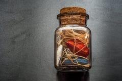 Βάζο γυαλιού με τις καρδιές Στοκ εικόνες με δικαίωμα ελεύθερης χρήσης