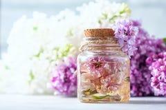 Βάζο γυαλιού με το πετρέλαιο αρώματος και με τα ιώδη λουλούδια για τη SPA και aromatherapy Έννοια SPA Στοκ εικόνες με δικαίωμα ελεύθερης χρήσης