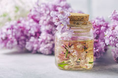 Βάζο γυαλιού με το πετρέλαιο αρώματος και με τα ιώδη λουλούδια για τη SPA και aromatherapy Έννοια SPA Στοκ φωτογραφία με δικαίωμα ελεύθερης χρήσης