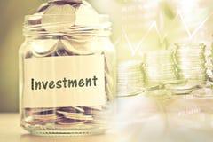 Βάζο γυαλιού νομισμάτων με την ετικέτα εγγράφου επένδυσης για την αποταμίευση χρημάτων και Στοκ Φωτογραφία