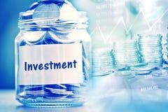 Βάζο γυαλιού νομισμάτων με την ετικέτα εγγράφου επένδυσης για την αποταμίευση χρημάτων και Στοκ εικόνα με δικαίωμα ελεύθερης χρήσης