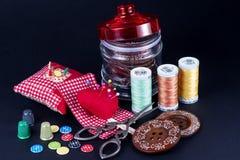 Βάζο γυαλιού, περίπτωση Neddle, στροφία, κουμπιά, ψαλίδι και δακτυλήθρες Στοκ φωτογραφία με δικαίωμα ελεύθερης χρήσης
