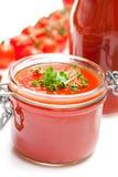 Βάζο γυαλιού τις ντομάτες τοματοπολτών και κερασιών που απομονώνονται με στο whi Στοκ φωτογραφία με δικαίωμα ελεύθερης χρήσης