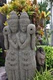 Βάζο εκμετάλλευσης αγαλμάτων δύο κοριτσιών στον κήπο Στοκ εικόνες με δικαίωμα ελεύθερης χρήσης