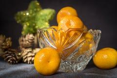 Βάζο κρυστάλλου με tangerine στο γκρίζο υπόβαθρο στοκ φωτογραφία με δικαίωμα ελεύθερης χρήσης